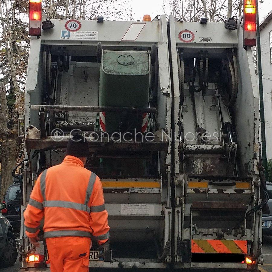 Un momento del ritiro dei rifiuti (© Cronache Nuoresi)