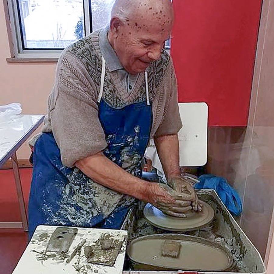 Il ceramista Luigi Nioi