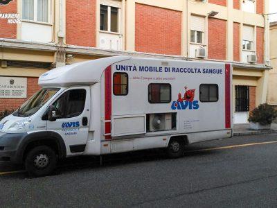 L'autoemoteca dell'Avis davanti alla Caserma dei Carabinieri
