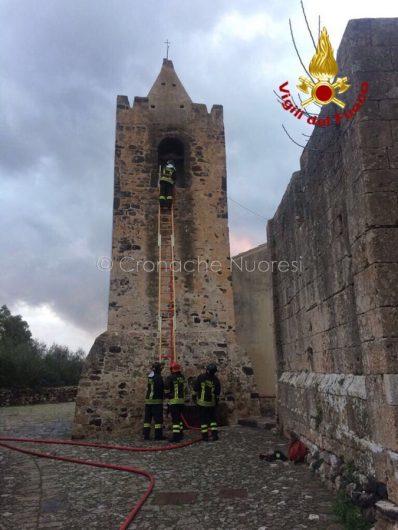 Galtellì, i VVFF spengono l'incendio del campanile della chiesa di San Pietro