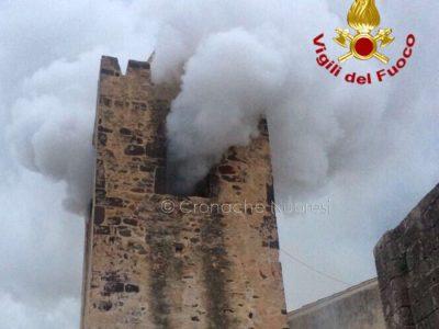 Galtellì, il campanile della chiesa di San Pietro in fiamme