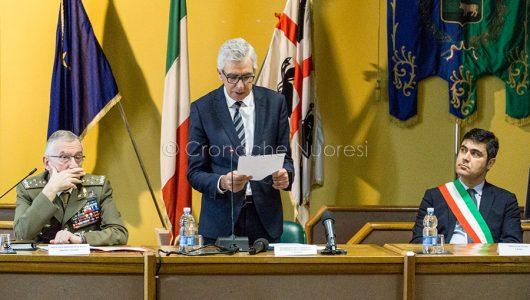 Graziano, Pigliaru e Soddu durante la cerimonia di consegna delle chiavi della Caserma di Prato Sardo (© foto S.Novellu)