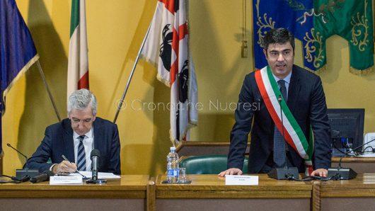 Soddu e Pigliaru durante la cerimonia di consegna delle chiavi della Caserma di Prato Sardo (© foto S.Novellu)