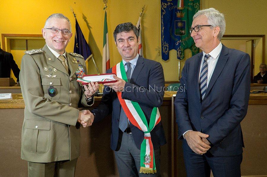 Graziano, Pigliaru e Soddu durante la cerimonia di consegna delle chiavi della Caserma di Pratosardo (© foto S.Novellu)