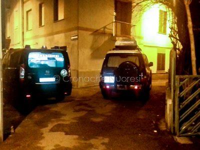 Macomer, i Carabinieri davanti a casa dove è avvenuto il pestaggio (© Cronache Nuoresi)
