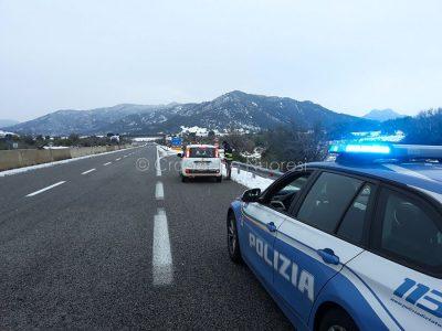 Un intervento della Polizia stradale lungo la 131 dcn