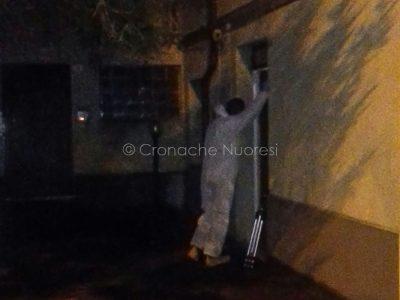 Un uomo del RIS davanti a casa del pestaggio (© Cronache Nuoresi)