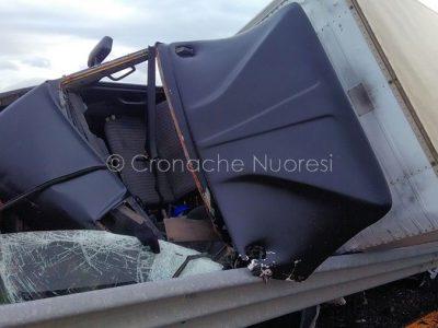 Il camion distrutto nell'incidente
