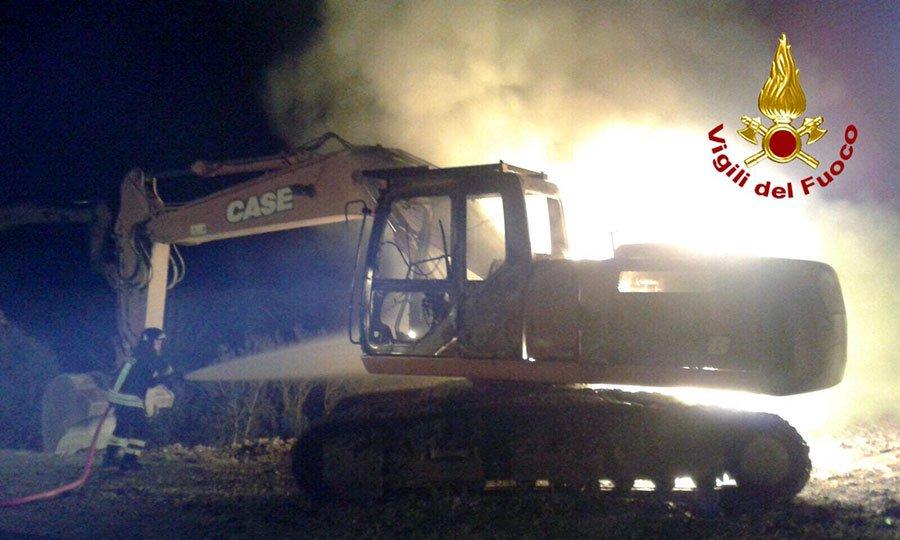 Uno dei mezzi distrutti dalle fiamme a Lanusei