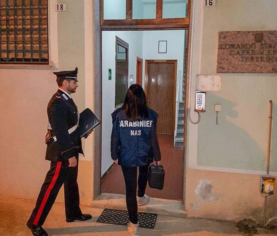 I Carabinieri mentre sequestrano le apparecchiature mediche
