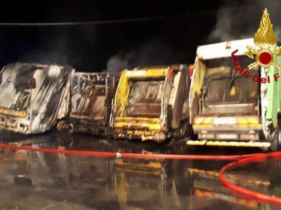 Gli automezzi dopo l'incendio