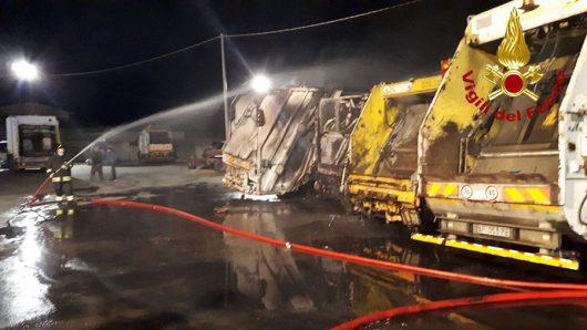 A fuoco l'isola ecologica di Siniscola: in fiamme quattro automezzi