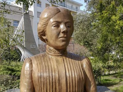 La statua di Grazia Deledda ripulita dalle scritte