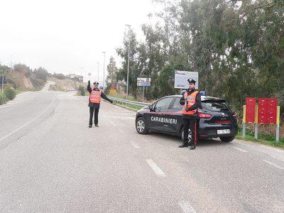 Carabinieri all'ingresso di Oliena