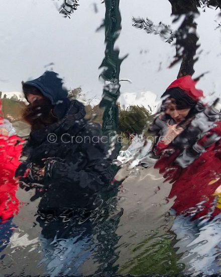 Studenti sotto la pioggia (foto S.Novellu)