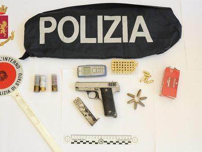 L'arma e i proiettili sequestrati