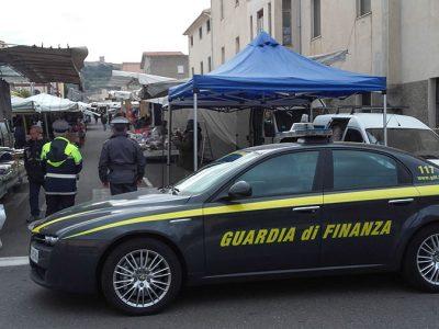 Un'auto della Guardia di finanza a Bosa