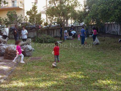Genitori impegnati nella pulizia del giardino di un'asilo comunale (foto S.Novellu)