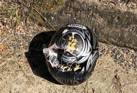 Il casco del motociclista dopo l'incidente