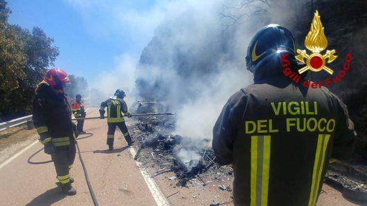 Nuoro, auto e roulotte dopo l'incendio