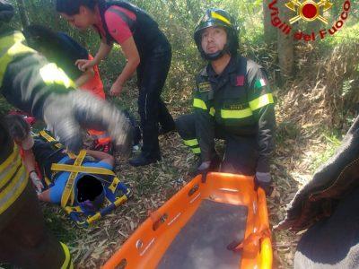 Le operazioni di soccorso dei due motociclisti