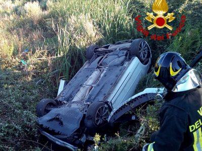 L'auto ribaltata in cunetta dopo l'incidente