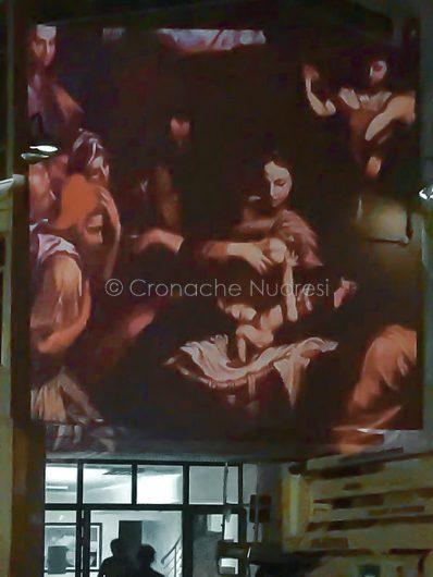 """Sarule, proiezione dell'Adorazione dei pastori di Raffaello, opera di Andrea """"Ravo"""" Mattoni (foto C.Angius)"""