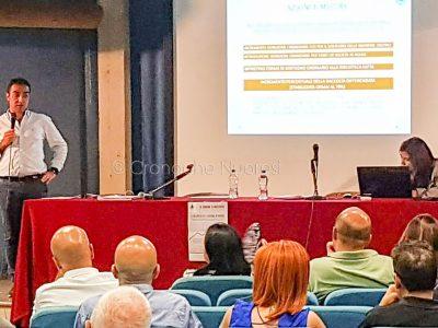 L'assessore Giuliano Sanna illustra il bilancio comunale (f. Cronache Nuoresi)