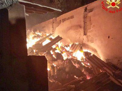 Il deposito di foraggio danneggiato dalle fiamme