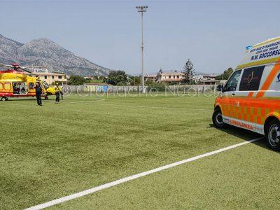 L'atterraggio dell'ellisoccorso al campo sportivo di Orosei