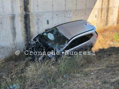 L'auto dopo l'incidente (foto Cronache Nuoresi)