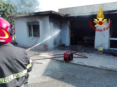 Vigili del Fuoco impegnati a domare l'incendio