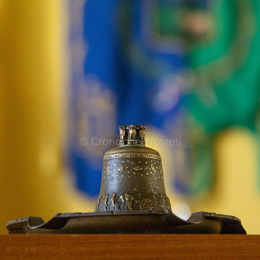 Consiglio Comunale di Nuoro, la campanella (© foto S.Novellu)