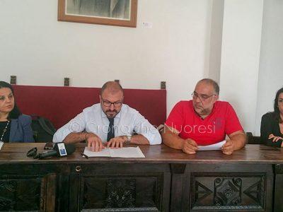 Il vice Sindaco di Nuoro Sebastian Cocco legge la lettera di dimissioni