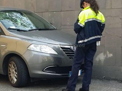 Nuoro. Un Vigile urbano eleva una multa (© foto Cronache Nuoresi)