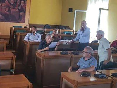 I consiglieri di minoranza occupano l'aula