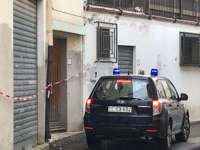 I Carabinieri davanti a casa del morto