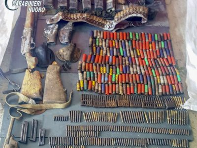 L'arsenale rinvenuto dai Carabinieri