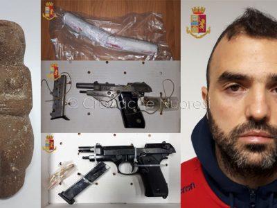Davide Sau e alcuni degli articoli sequestrati a casa sua