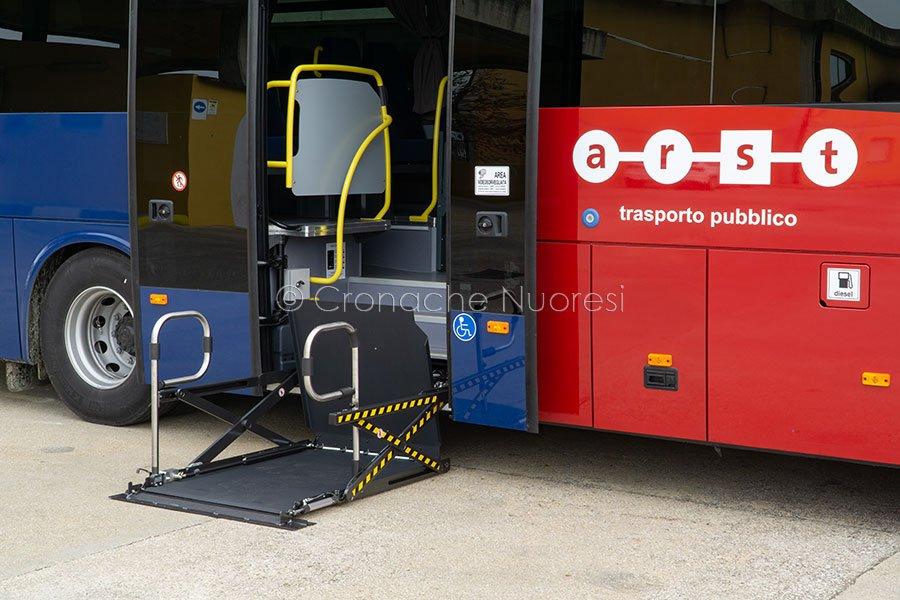 Il nuovo si sistema di salita a bordo per che è costretto in carrozzella (foto S.Novellu)