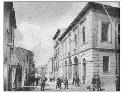 Il Corso Garibaldi negli anni '40. A sinistra il palazzo Mereu e alla sua destra il nuovo Municipio (© Cronache Nuoresi - Tutti i diritti riservati)