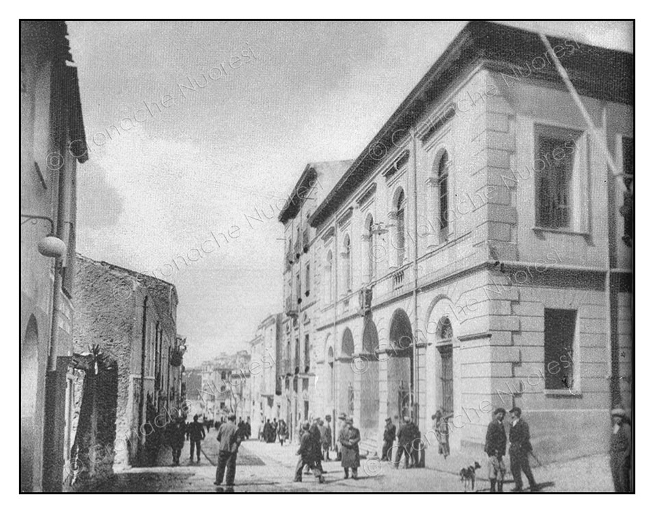 Il Corso Garibaldi negli anni '40 - a sinistra il palazzo Mereu e alla sua destra il nuovo-Municipio (© Cronache Nuoresi - Tutti i diritti riservati)