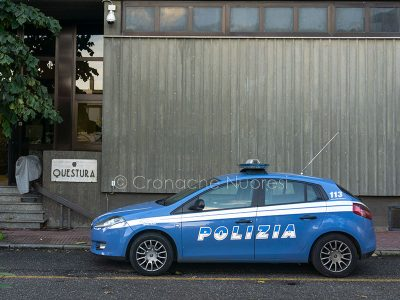 Una Volante della Polizia davanti alla Questura di Nuoro (foto S.Novellu)