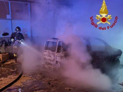 La Fiat Panda distrutta dalle fiamme