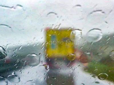 Un camion sotto la pioggia sulla 131 (foto S.Novellu)