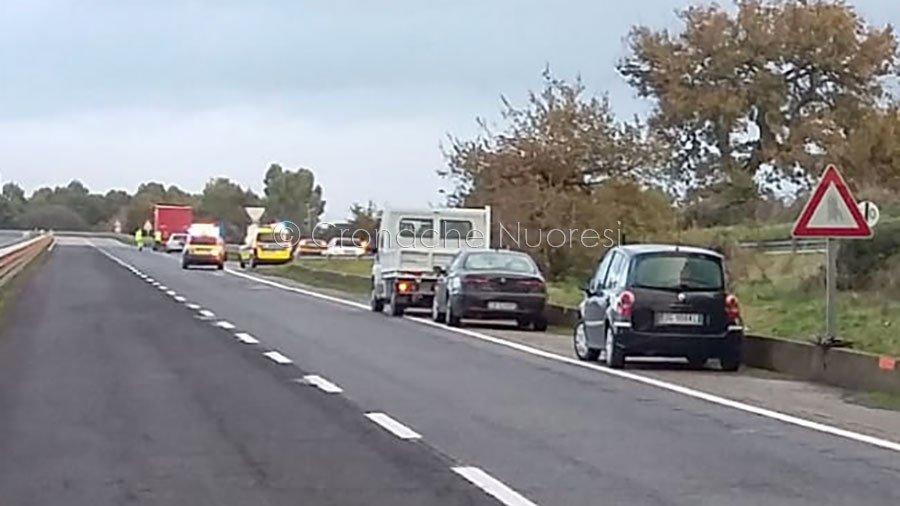 Autoarticolato perde il rivestimento di una gomma: maxi tamponamento con 9 veicoli coinvolti