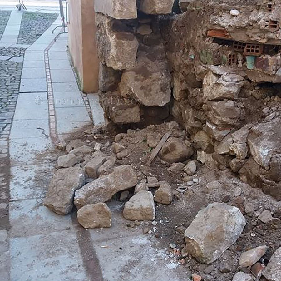 Continuano i crolli in via Sassari