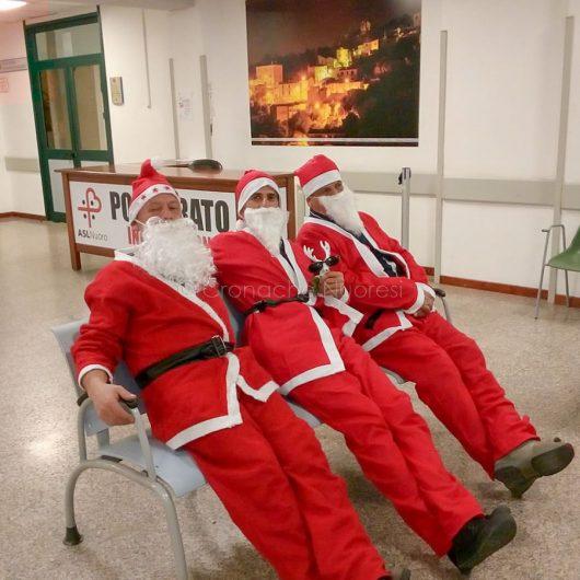 Un meritato riposino dei Babbo Natale dopo la visita in Pediatria