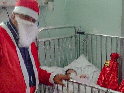 Nuoro. Babbo Natale consegna i doni in Pediatria