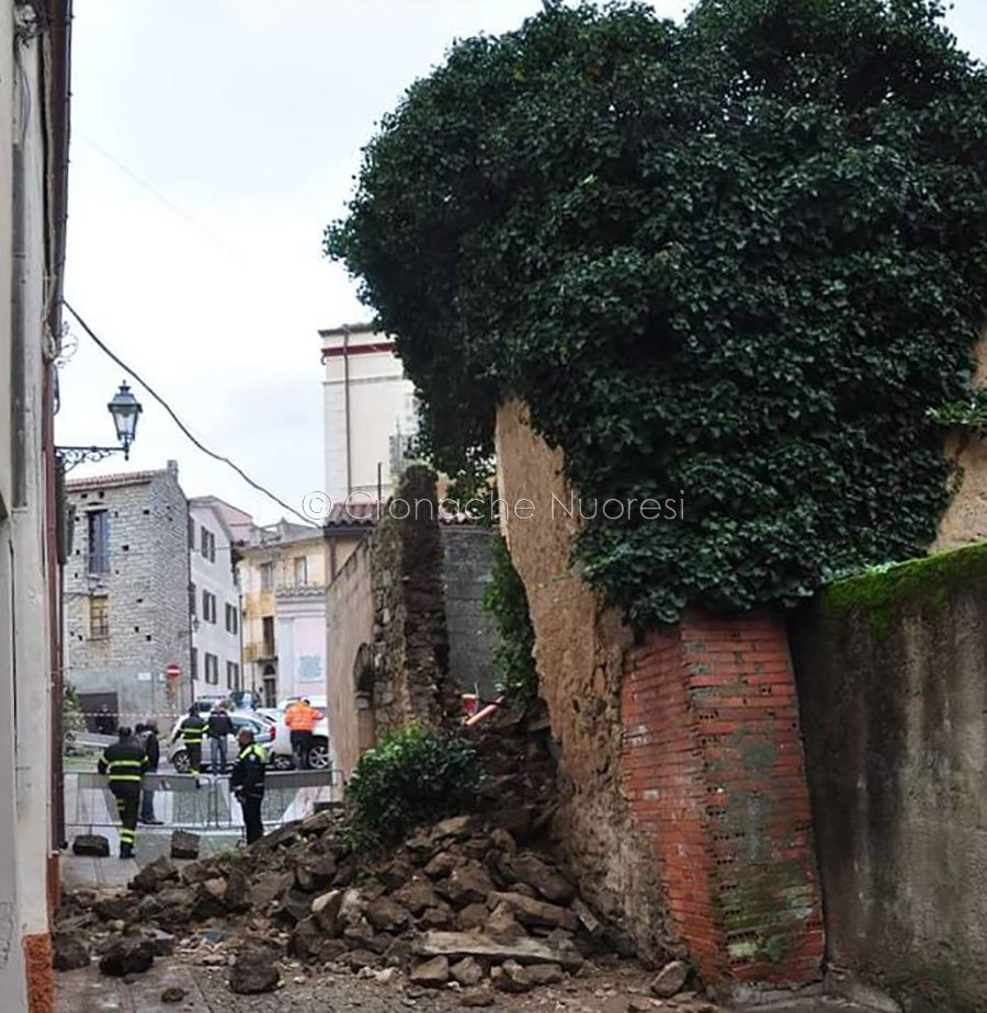 Tragedia sfiorata a Nuoro. Vecchia casa crolla e le macerie ricoprono la via